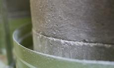 蟻巣石の石臼でゆっくり製粉します。