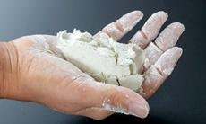 石臼でゆっくりと挽いたそば粉は、適度な水分を保っています。